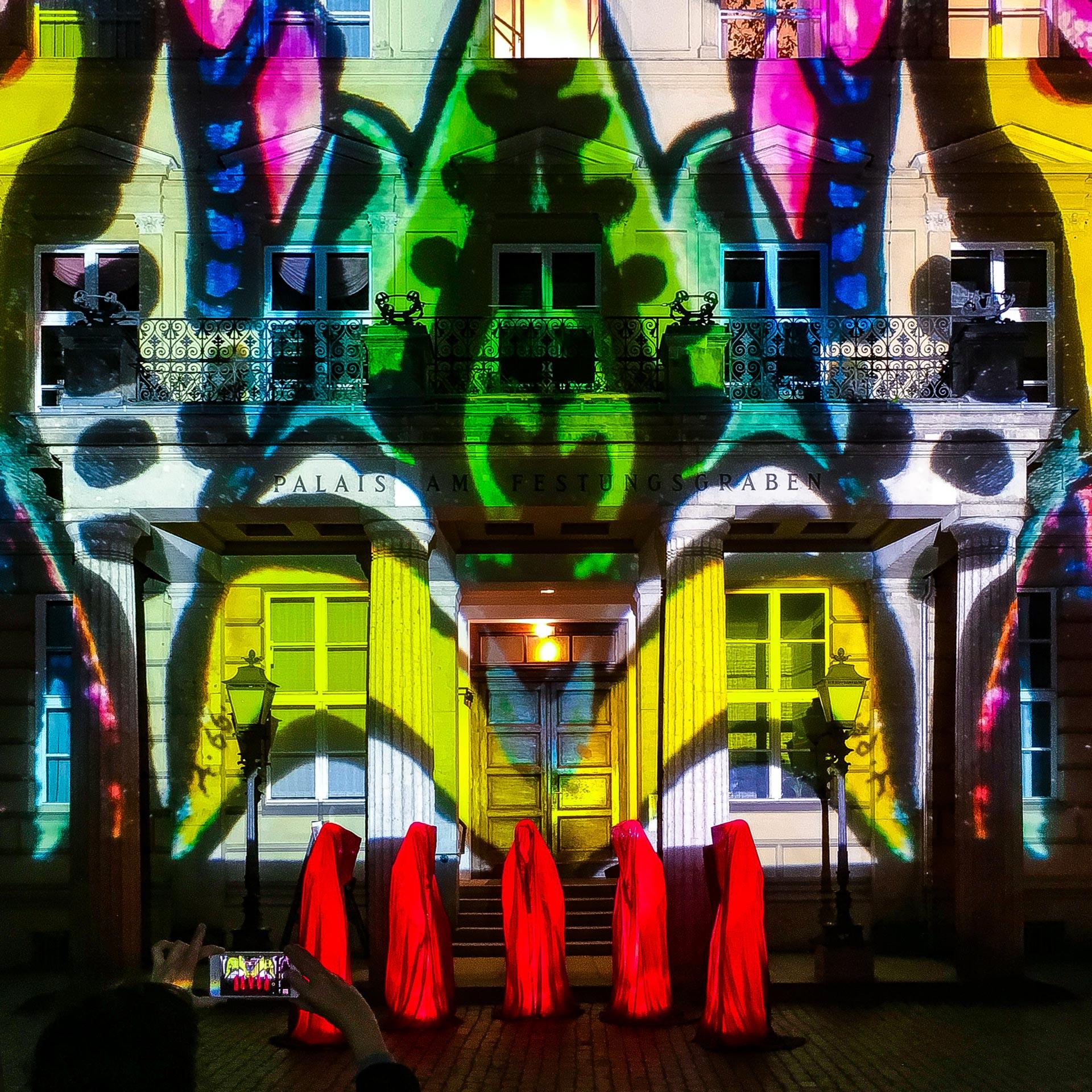 Festival of Lights 2017: Die Wächter am buntes Palais am Festungsgraben