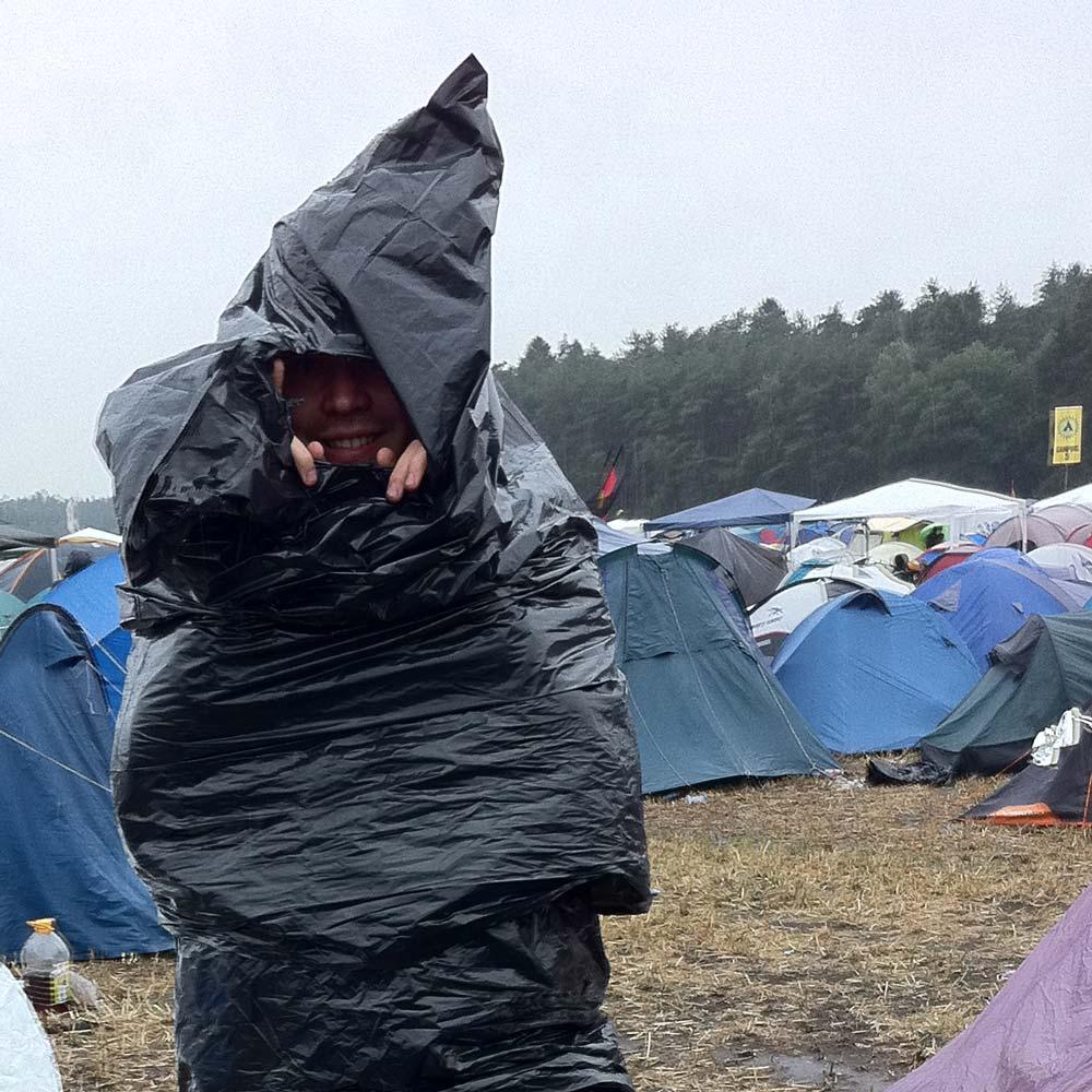Hurricane Festival 2011: Regenponcho aus Müllsäcken