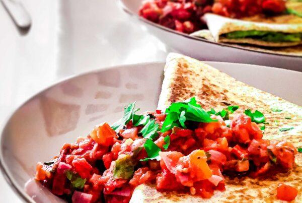 Mexikanische Avocado Tortillas mit Tomaten Salsa